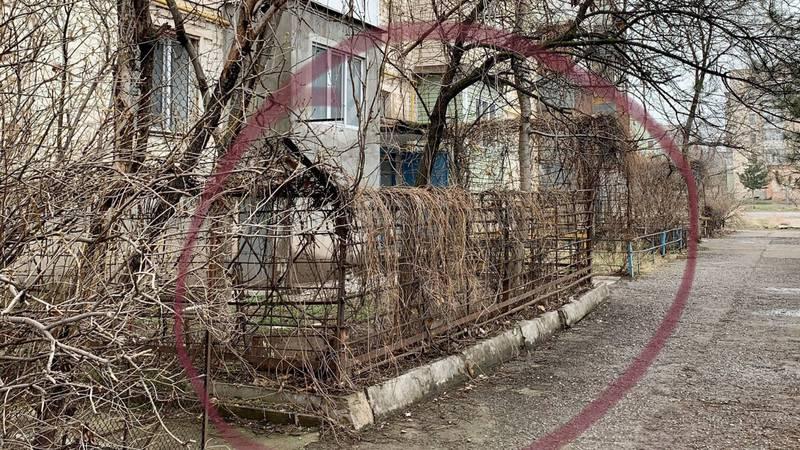 В квартале ковровщиков в Кара-Балте дом №25 огородили колючей проволокой. Фото