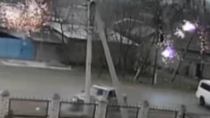 «Мерседес» врезался в электрический столб. От удара столб упал на машину. Видео