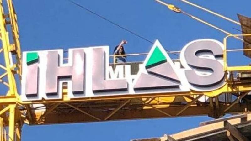 Девушка делает селфи на строительном кране возле высотки «Ихлас». Фото очевидца