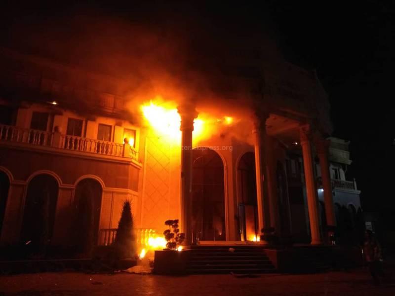 Крупный пожар в «Арзу». Фото и видео очевидцев