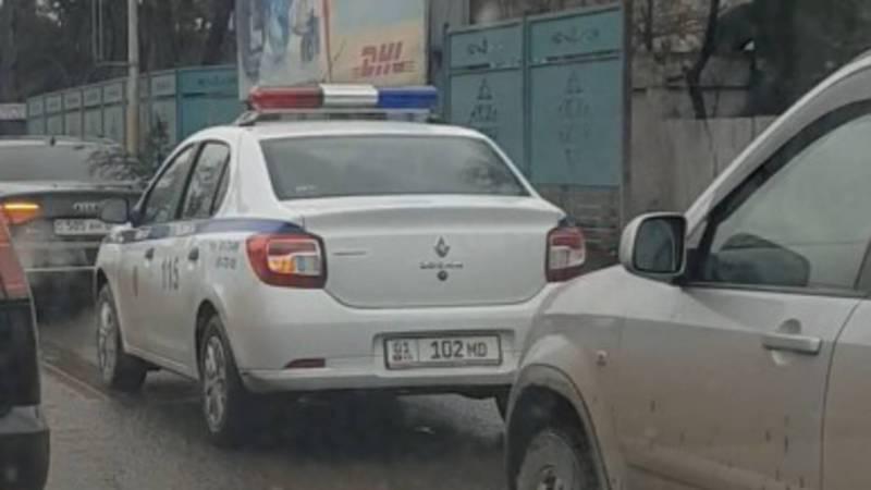 В Бишкеке на улице Фучика машина патрульной милиции нарушила ПДД, - горожанин (видео)
