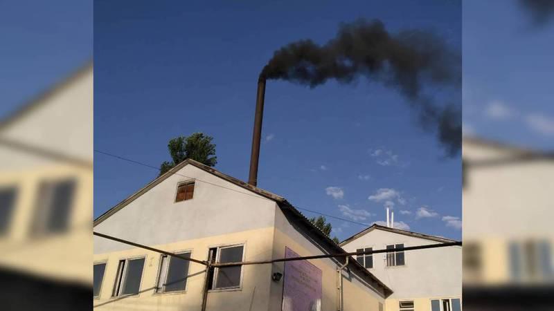 На ул.Адышева из трубы общественной бани идет густой черный дым (фото)