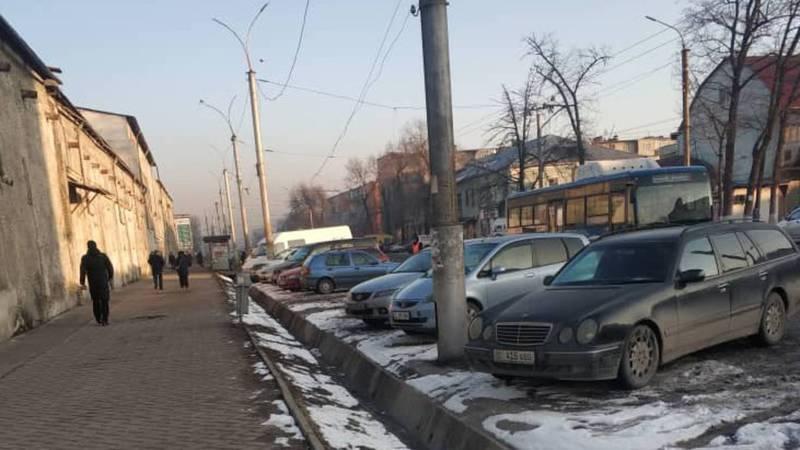 Парковка около Ошского рынка стала платной?