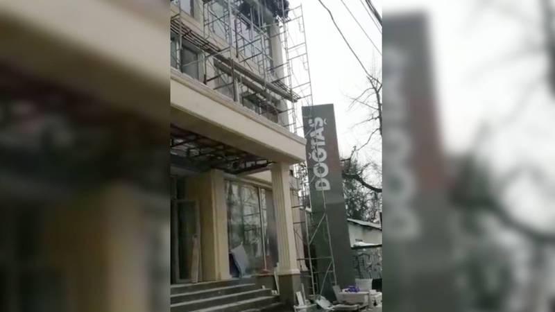 На ул.Токтогула искры от сварки на стройке сыпятся на прохожих, - бишкекчанка