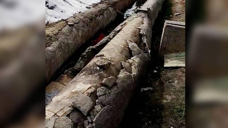 Из-за оголенной трубы теплотрасса отапливает улицу, - бишкекчанин