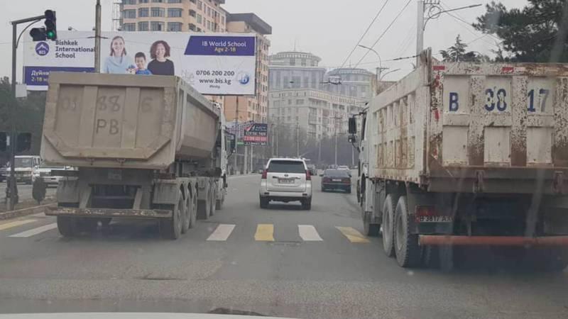 Бишкекчанин: Большегрузы портят дороги в городе. Фото