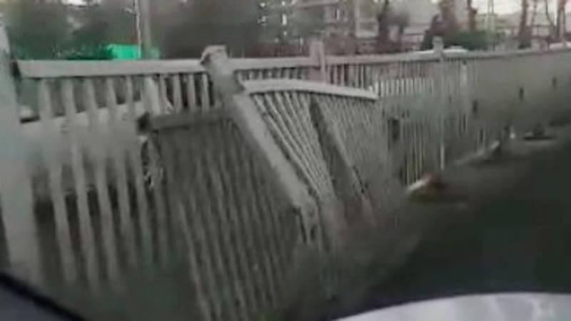 На пр.Масалиева в Оше металлическое ограждение местами сломано. Видео