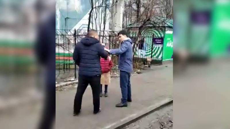 В Бишкеке водитель и пассажир маршрутки чуть не подрались. Видео