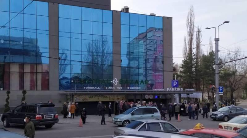 Пенсионеры возмущены акцией Центрального базара, где бесплатно раздавали продукты. Организаторы ответили, что продукты доставят пенсионерам домой