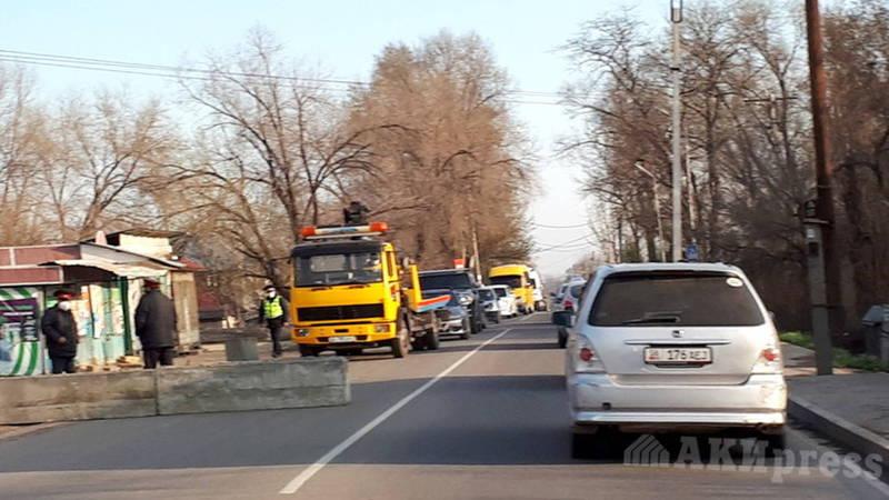 Как передвигаться по Бишкеку? Нас останавливают и требуют пропуск, - жалуются бишкекчане