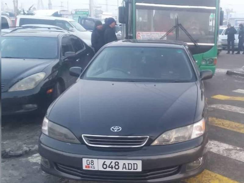 На западном автовокзале водитель припарковал авто на пешеходе и перегородил дорогу троллейбусу