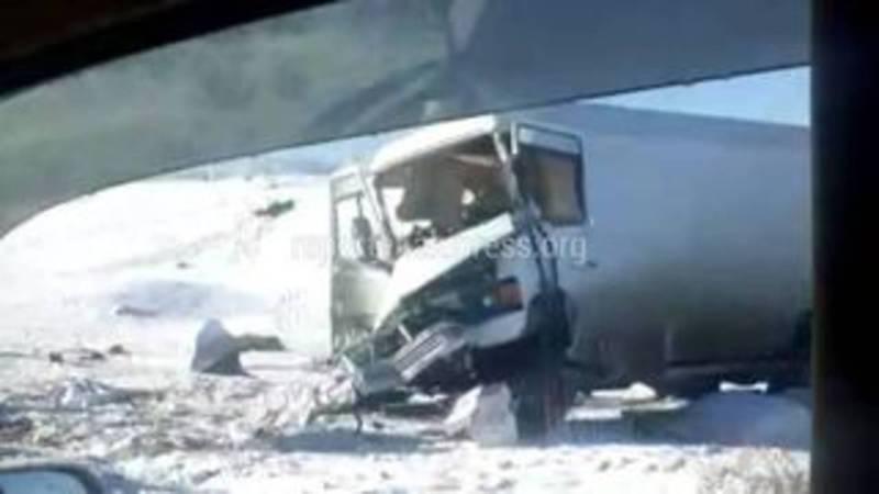 «Тойота» превратилась в груду металла после столкновения с грузовиком (видео)