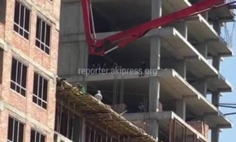 Мужчина сел, свесив ноги, на строящемся многоэтажном доме (видео)