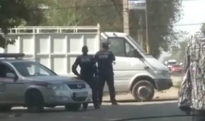 В селе Военно-Антоновка сотрудники УОБДД останавливают водителей, спрятавшись за грузовиком (видео)