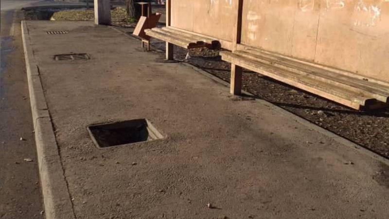Люк на остановке на Тимура Фрунзе до сих пор открыт (фото)