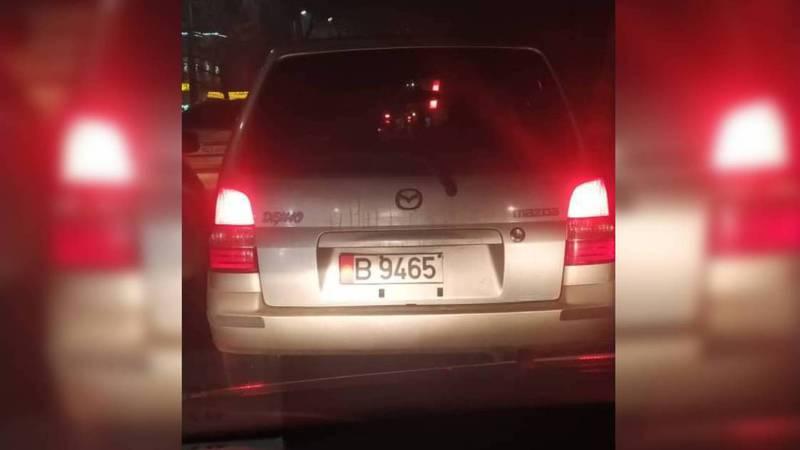 В Бишкеке едет «Мазда», у которой нет половины госномера. Фото