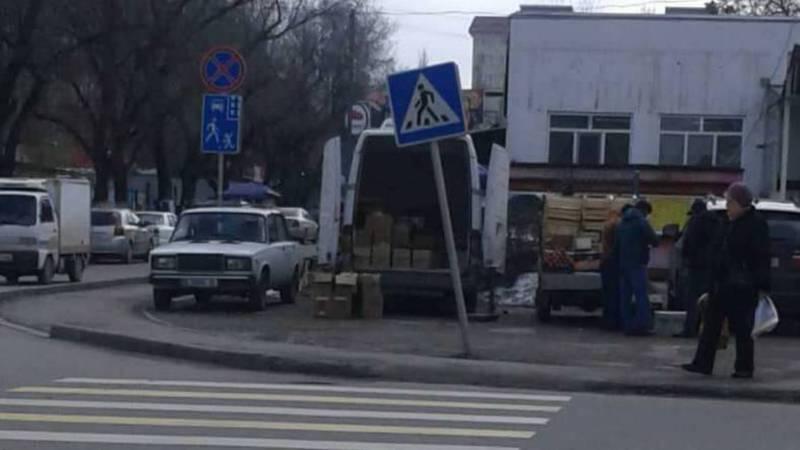 На ул.Куттубаева в 11 мкр наклонился дорожный знак. Фото