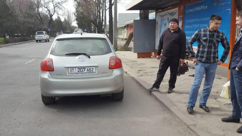 На Жибек Жолу таксист припарковался на остановке. Фото
