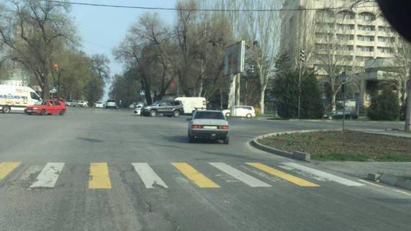 На Ибраимова-Жумабека водитель «Мерседеса» проехал на красный свет. Фото