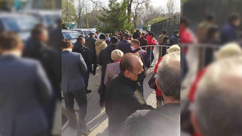 К коменданту Бишкека снова очередь за пропусками, - очевидец