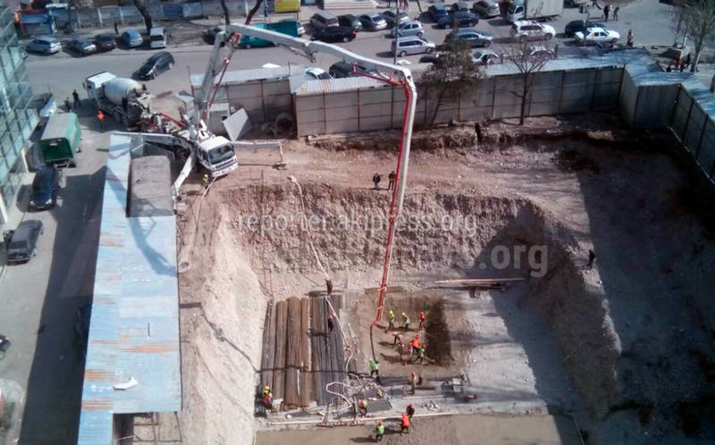 Что за работы вновь ведутся в «черной дыре» в центре Бишкека? Видео