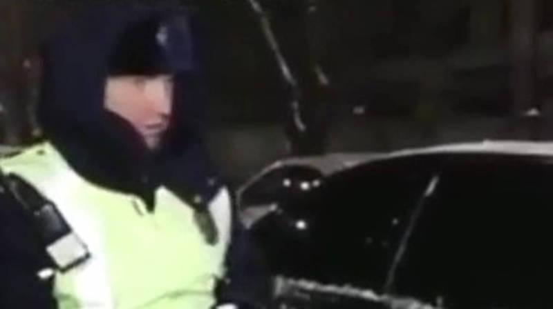Видео — Девушка в машине кричала о помощи, инспектор УОБДД отпустил водителя
