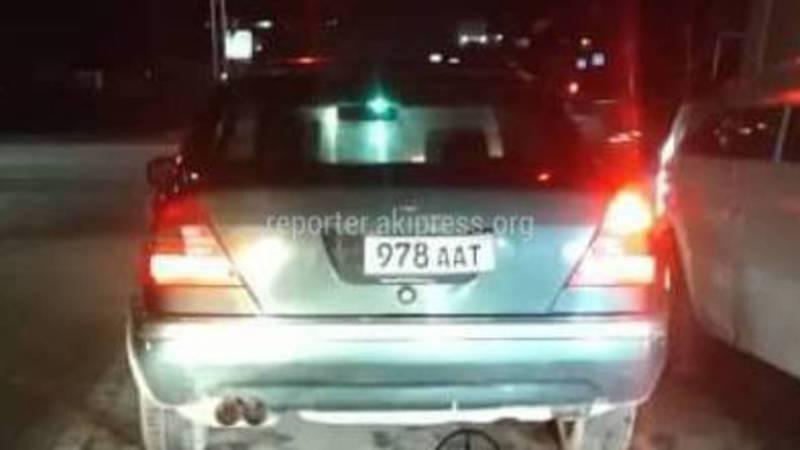 На улицах Бишкека водитель «Мерседеса» ехал с поврежденным госномером, - очевидец (фото)