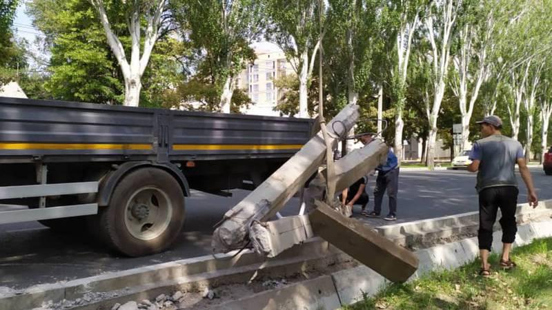 Возле посольства Казахстана убрали сбитую опору и восстановили линии наружного освещения, - мэрия