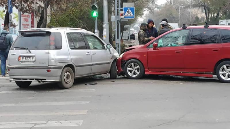 Утром на Киевской-Турусбекова произошло ДТП (фото)