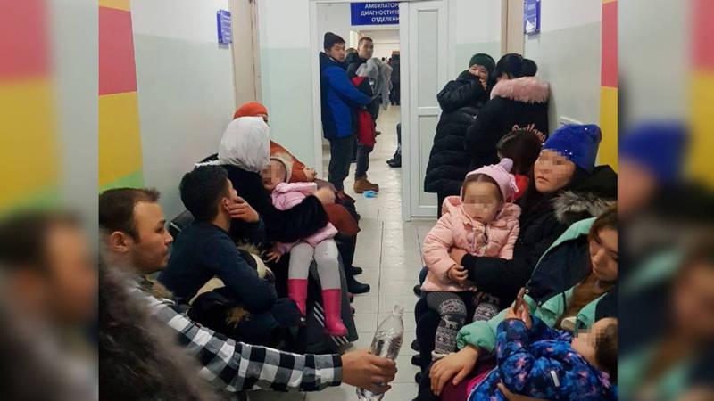 Детские больницы переполнены, родители жалуются на нехватку принимающих врачей. Видео