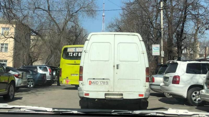 У здания Главного управления уголовного розыска стоят автобусы с людьми. Видео, фото