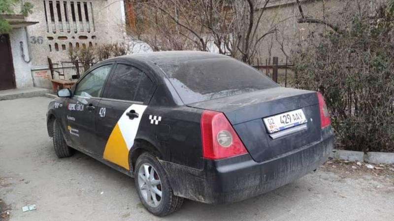 У входа в №36 дом в 7 мкр с 23 февраля стоит машина без хозяина, - бишкекчанин