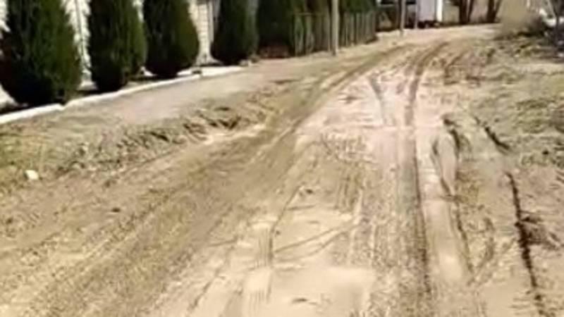 Житель села Кен-Булун недоволен качеством материала, которым была засыпана дорога
