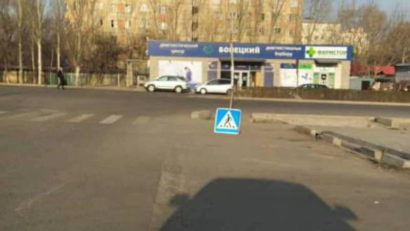На Жукеева-Пудовкина — Безымянной дорожный знак лежит на земле. Фото