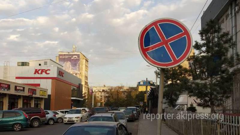 В 7 мкр в зоне действия знака «Остановка запрещена» устроили парковку (фото)