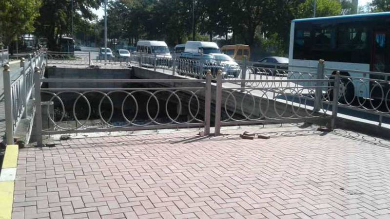 Сотрудники «Бишкекасфальтсервиса» огородили мост через реку Ала-Арча