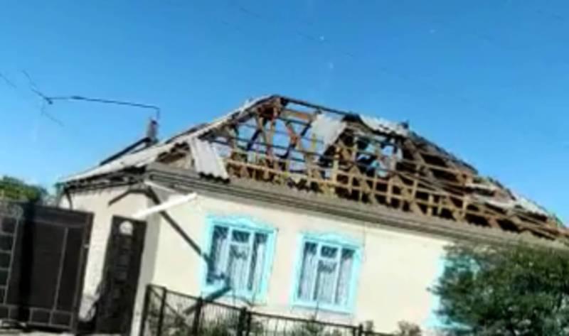 Сильный ветер в Караколе снес крыши домов и повалил деревья (видео)