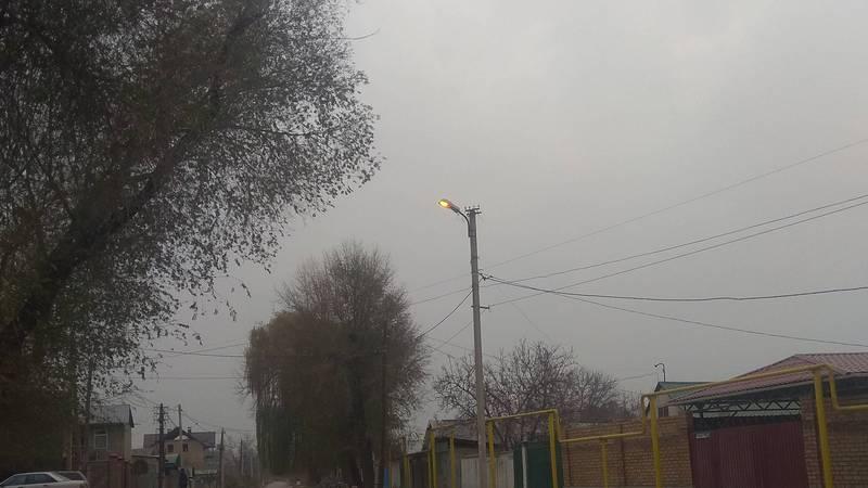 На Манаса-Васильева днем горит уличное освещение (фото)
