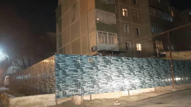Законно ли установили ограждение вокруг дома №7 в мкр Анар в Оше?
