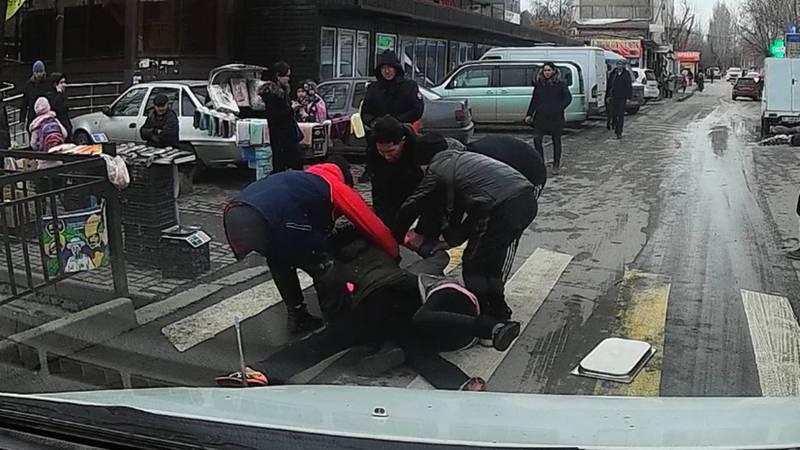 В Аламедине-1 на проезжей части дороги подрались две женщины. Видео