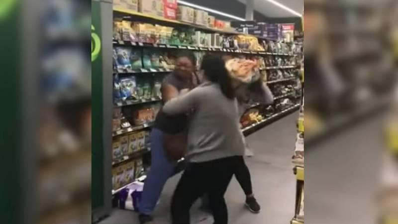 Коронавирус: В Австралии в супермаркете женщины подрались за рулон туалетной бумаги. Видео