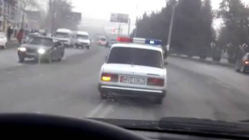 На проспекте Раззакова водитель служебной машины нарушил ПДД. Видео