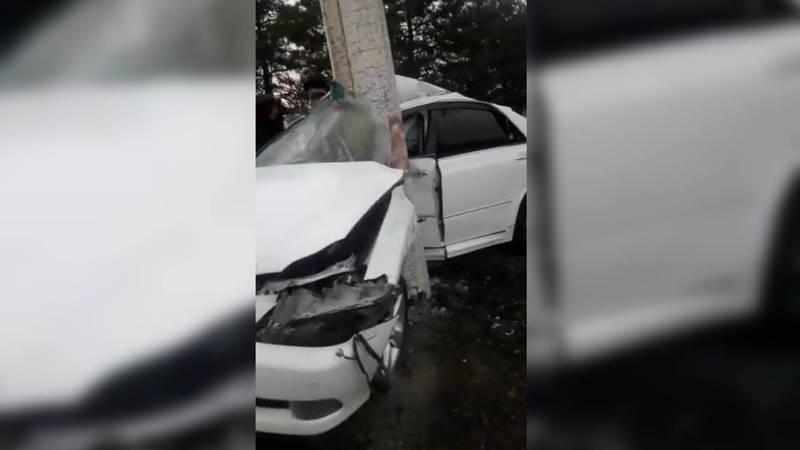 В Бишкеке машина согнулась пополам после удара о столб. Видео