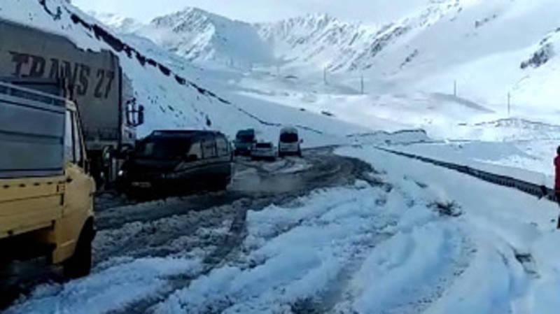 На перевале Төө-Ашуу выпал снег, образовалась пробка (видео)