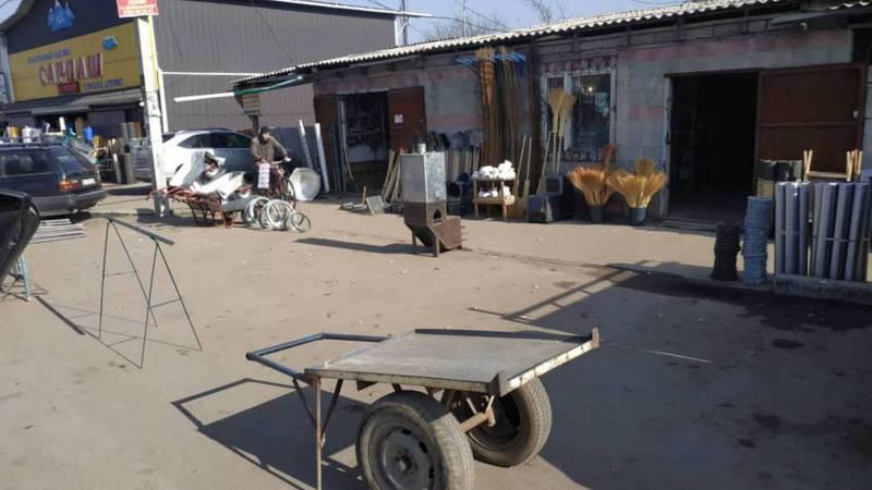 На Орозбекова торговцы занимают парковочные места, из-за чего машины паркуются в два ряда