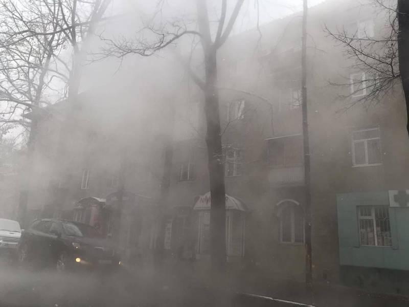 С крыши дома на Токтогула-Турусбекова течет горячая вода