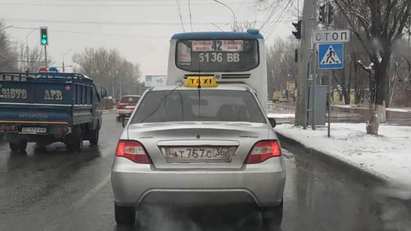 В Бишкеке таксуют на машине с иностранными номерами. Фото