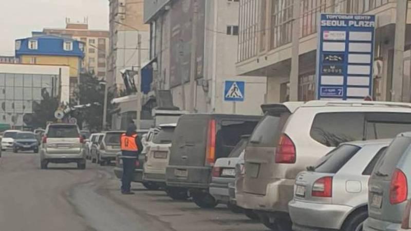 Законно ли работают парковщики на улице Безымянной?