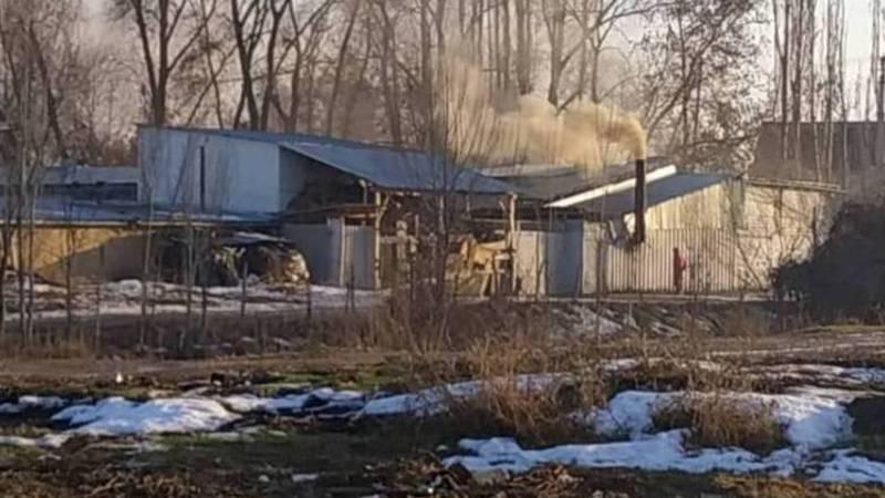 Житель жалуется на черный дым, который идет из трубы частного дома в селе Ленинское