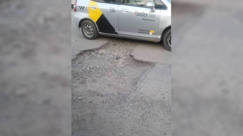 На Панфилова-Медерова владельцы кафе вырыли яму на дороге,- бишкекчанин